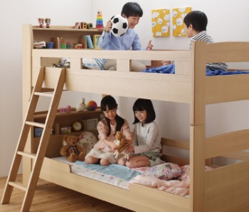二段ベッドで遊ぶ子供