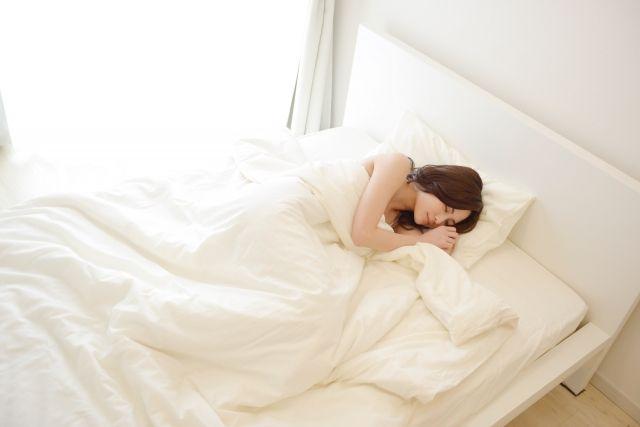 ベッドで寝る女性4