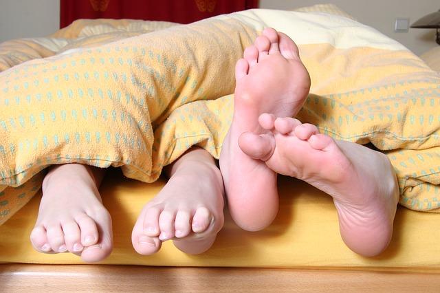 ベッドからはみ出た足
